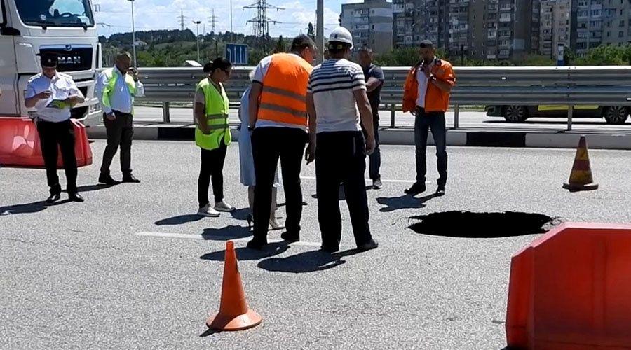 Провал на трассе в Симферополе засыпали, движение откроют сегодня к обеду