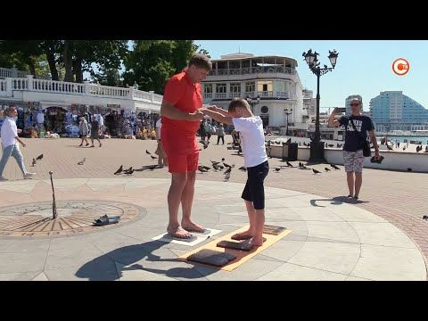 Рекордсмен по стоянию на гвоздях дал мастер-класс в центре Севастополя (СЮЖЕТ)