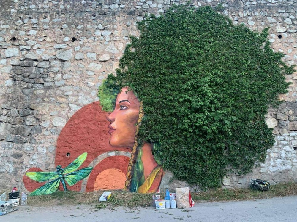 Подпорную стену на трассе Ялта-Севастополь украсили граффити