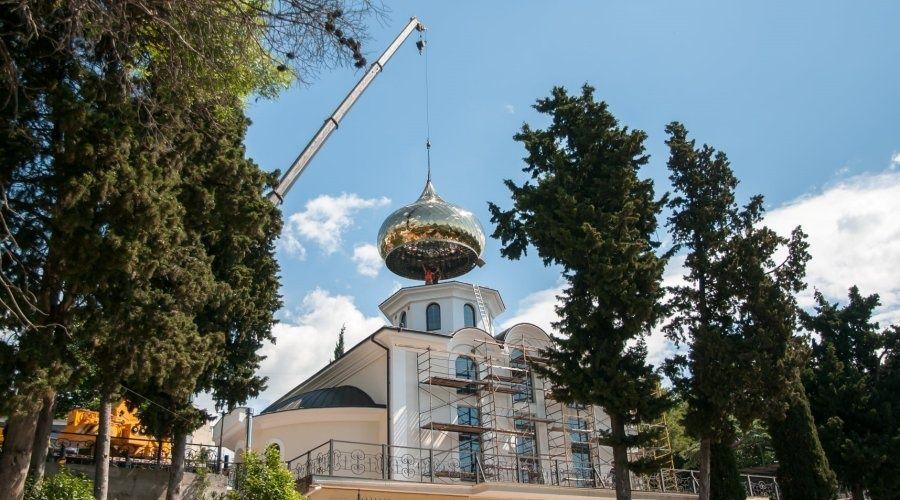Новый купол весом 2,5 тонны установили на храме в Кореизе