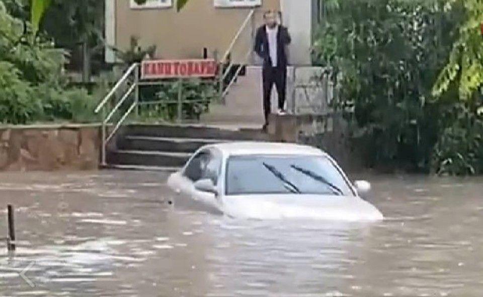 В Белогорске из-за сильного ливня затопило улицы - видео