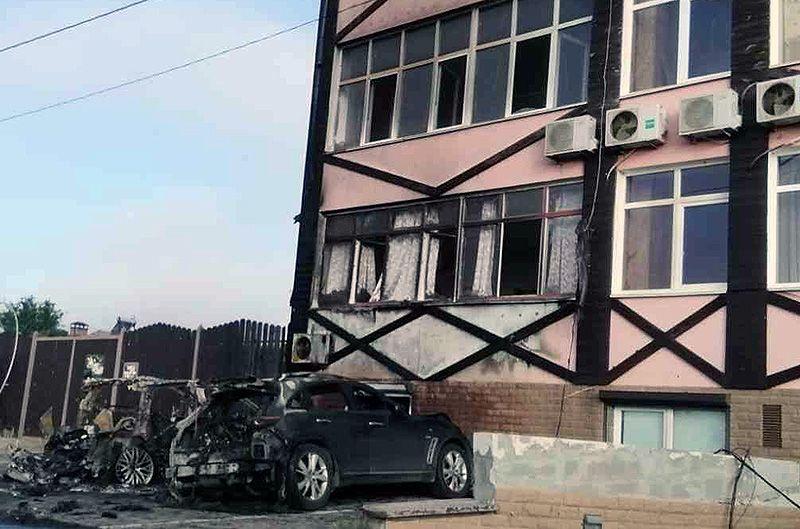 В Керчи ночью сгорели две дорогостоящие иномарки