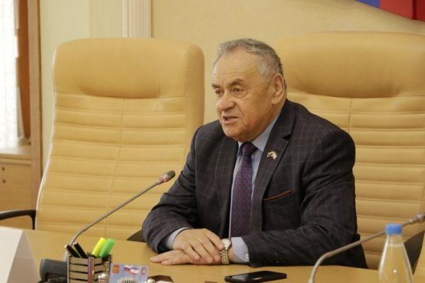 Ефим Фикс вручил государственные награды и знаки отличия Республики Крым в преддверии Дня России