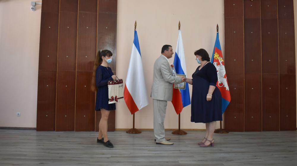 В преддверии Дня России в Красноперекопском районе вручили награды и знаки отличия Республики Крым и района