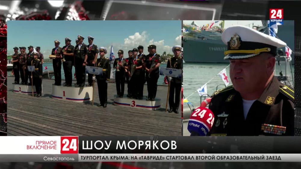 В Севастополе в честь Дня России военные устроили шоу в акватории