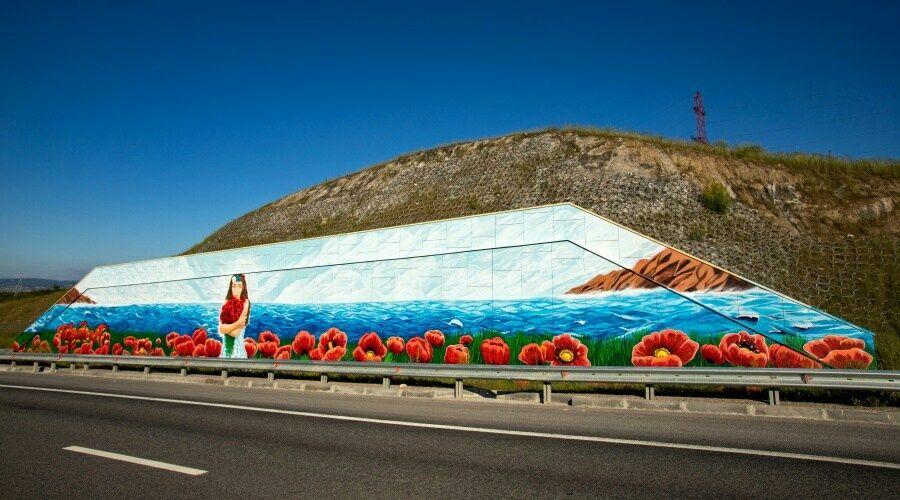 Художники в честь Дня России украсили подпорную стену на трассе «Таврида»
