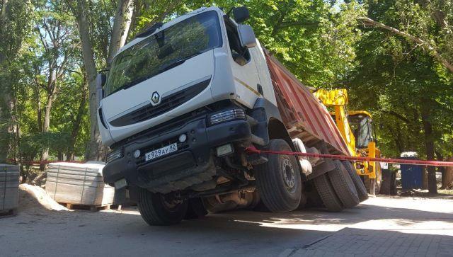 Автомобиль с песком ушел под землю в Феодосии