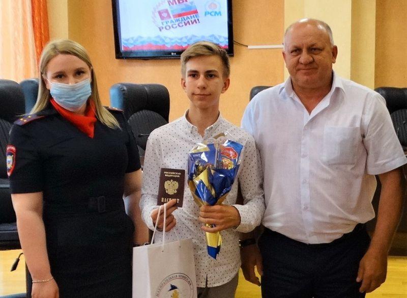 Сотрудники полиции Керчи приняли участие в церемонии вручения паспортов, приуроченной ко Дню России