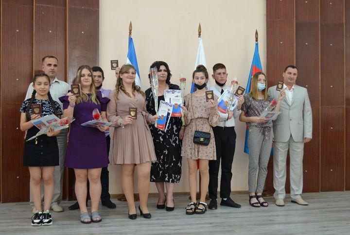 В преддверии празднования Дня России полицейские торжественно вручили паспорта жителям Красноперекопского района