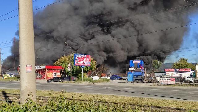 В Новосибирске горит АЗС: четверо пожарных в больнице