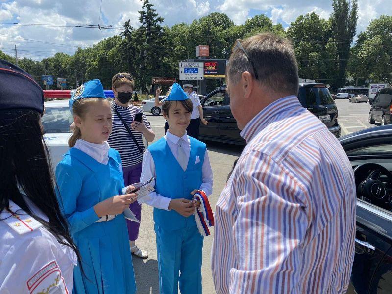 В г.Симферополе полицейские совместно с Юидовцами провели патриотическую акцию, приуроченную ко Дню России.