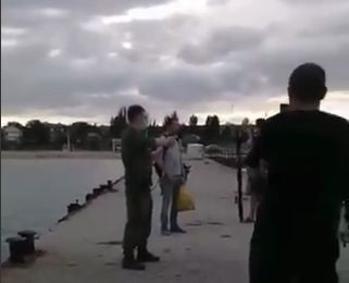 В Феодосии рыбак незаконно ловил рыбу и провоцировал пограничников