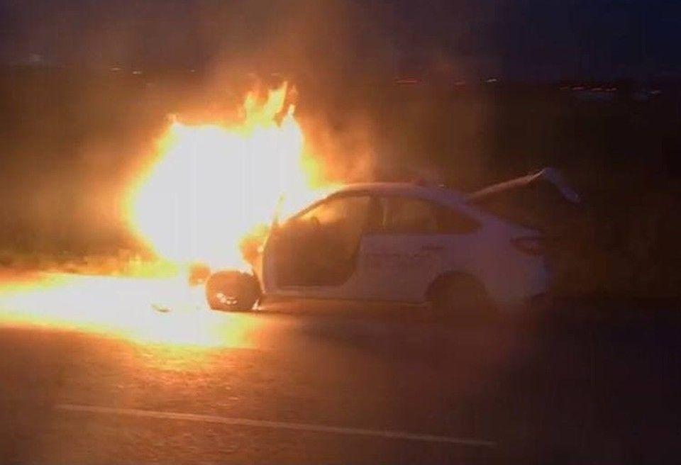 В Симферополе загорелась легковушка недалеко от аэропорта