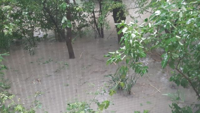 В Феодосии затопило улицы и дворы: виноват аномальный ливень