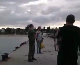 Подробности инцидента с пограничником на пирсе в Феодосии: рыбак-провокатор проведёт 5 суток за решёткой