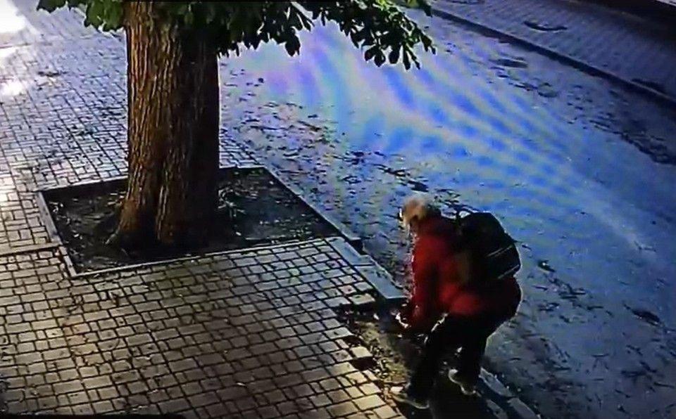 Вычислили старушку-воровку, которая разбирала плитку на Богдана Хмельницкого в Симферополе