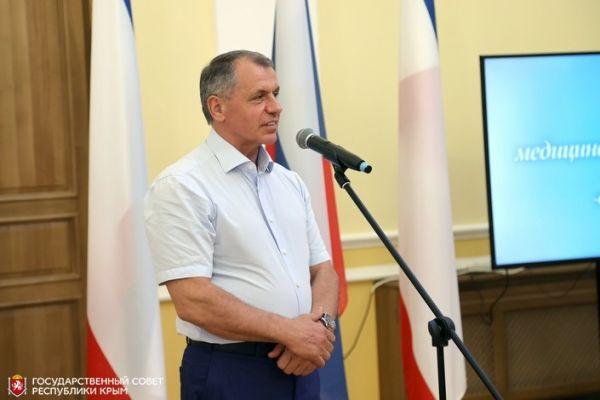 Владимир Константинов вручил медицинским работникам Крыма парламентские премии и государственные награды