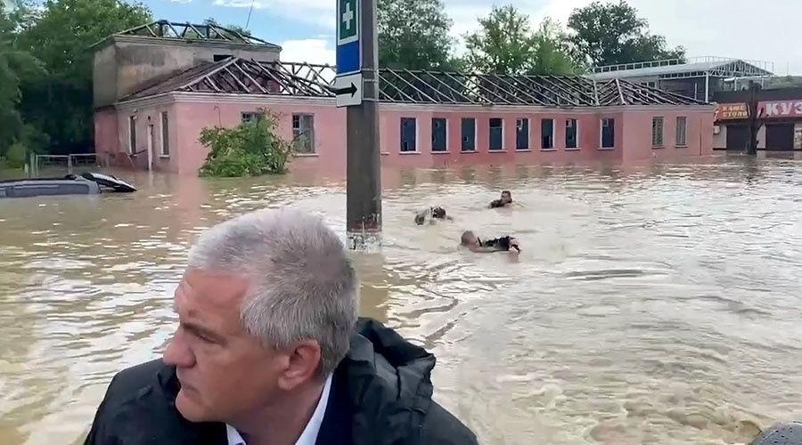 Спасатели вплавь оценивают масштабы подтопления в Керчи