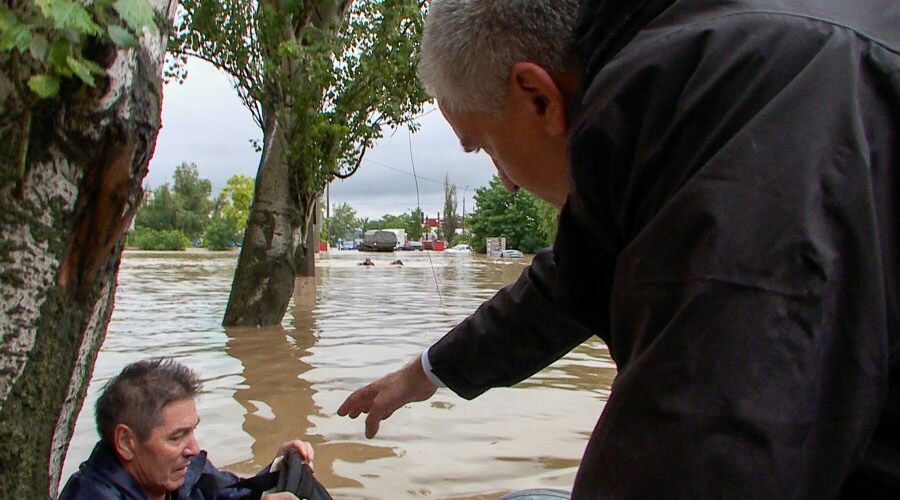 Появилось видео, как Аксёнов спасает людей с затопленных улиц в Керчи