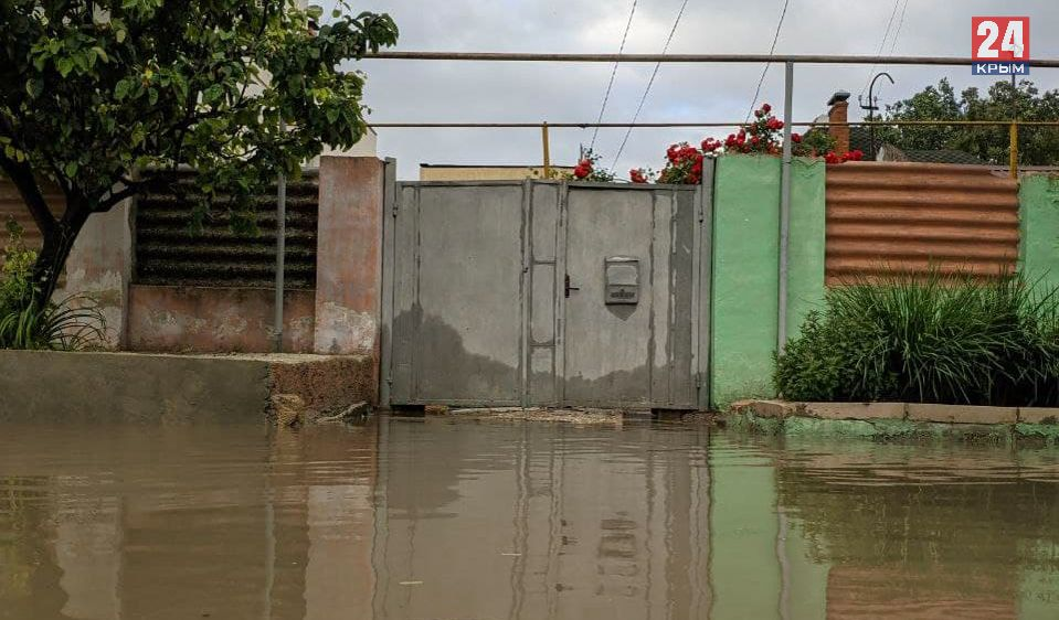 Ливень затопил ряд улиц в Евпатории. ВИДЕО