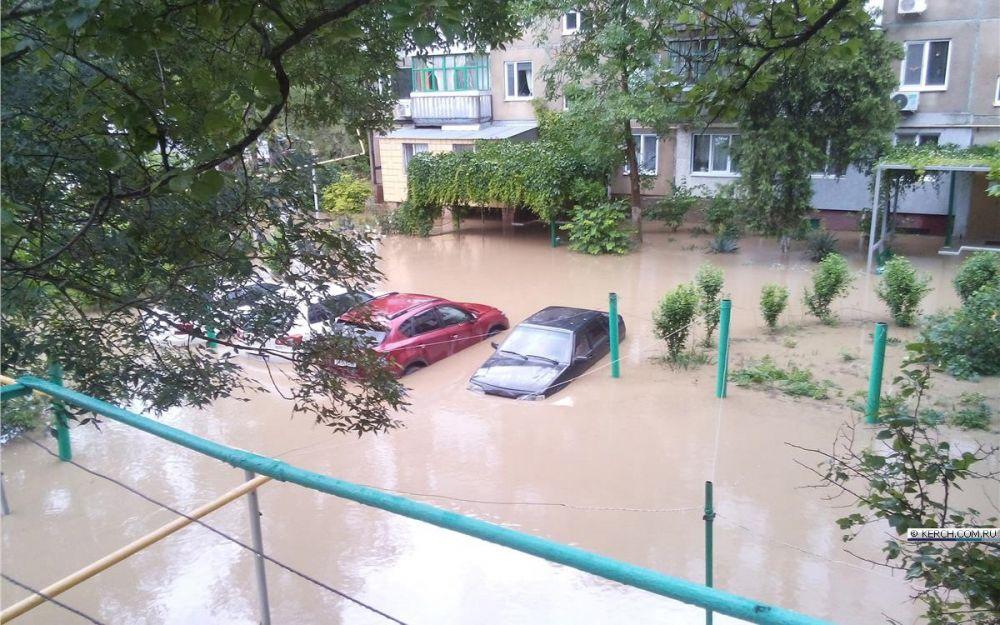В Керчи из-за подтоплений рекомендуют воздержатся от движения на 5 главных улицах города