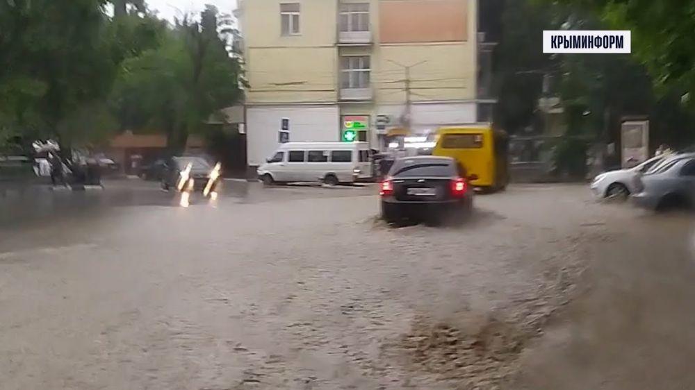 Ситуация в Ялте 18 июня 2021 года: затоплены все переходы, река вышла из берегов и перекрывает улицы города