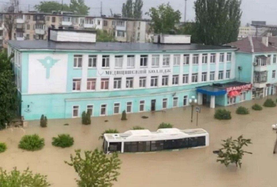 «В Ялте потоп, но туристы продолжают лететь»: несмотря на непогоду в Крым прибывают отдыхающие