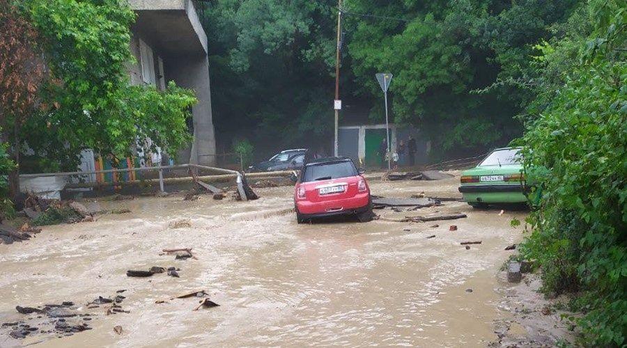 МЧС продлило штормовое предупреждение о ливнях в Крыму до середины воскресенья