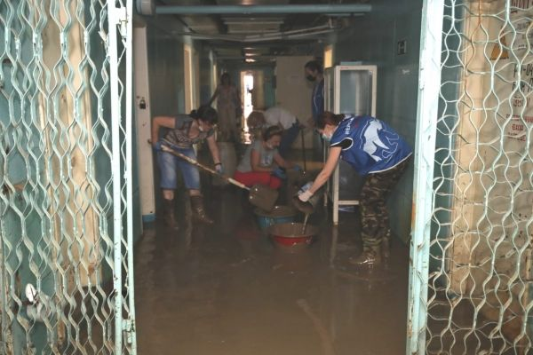 Крымские парламентарии вместе с волонтёрами ликвидируют последствия стихии в Керчи