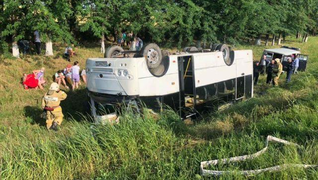 На Кубани перевернулся большой автобус с пассажирами - фото