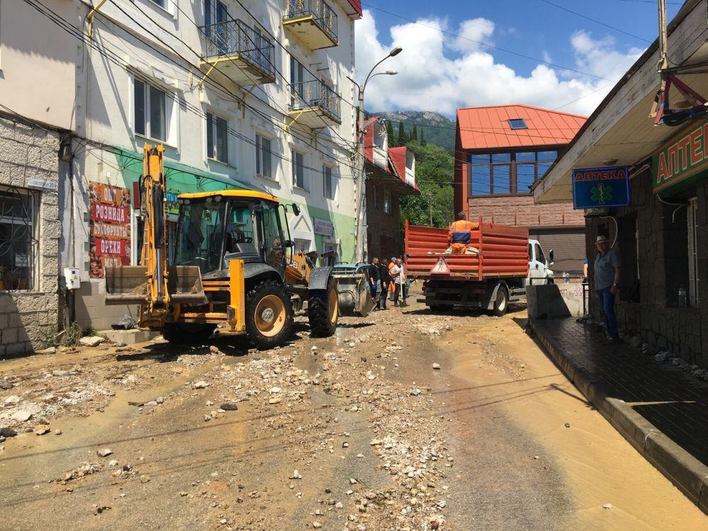 Добровольцы подключись к расчистке улиц Ялты от последствий подтопления