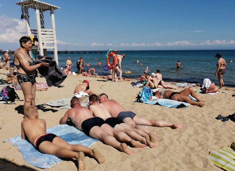 В Евпатории пляжи забиты туристами на фоне подтопления Ялты и Керчи