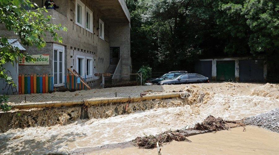 Потоки воды смыли построенные на русле реки самострои в ялтинском Кореизе