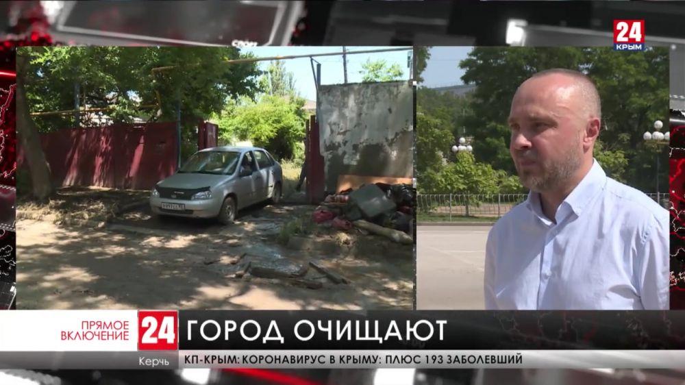 В Керчи военнослужащие и коммунальщики очищают пострадавшие дома