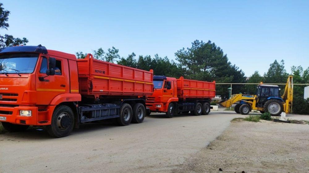 Администрация Сакского района направила в помощь для ликвидации последствий стихии в город Ялта, спецтехнику: 2 КАМАЗа и трактор