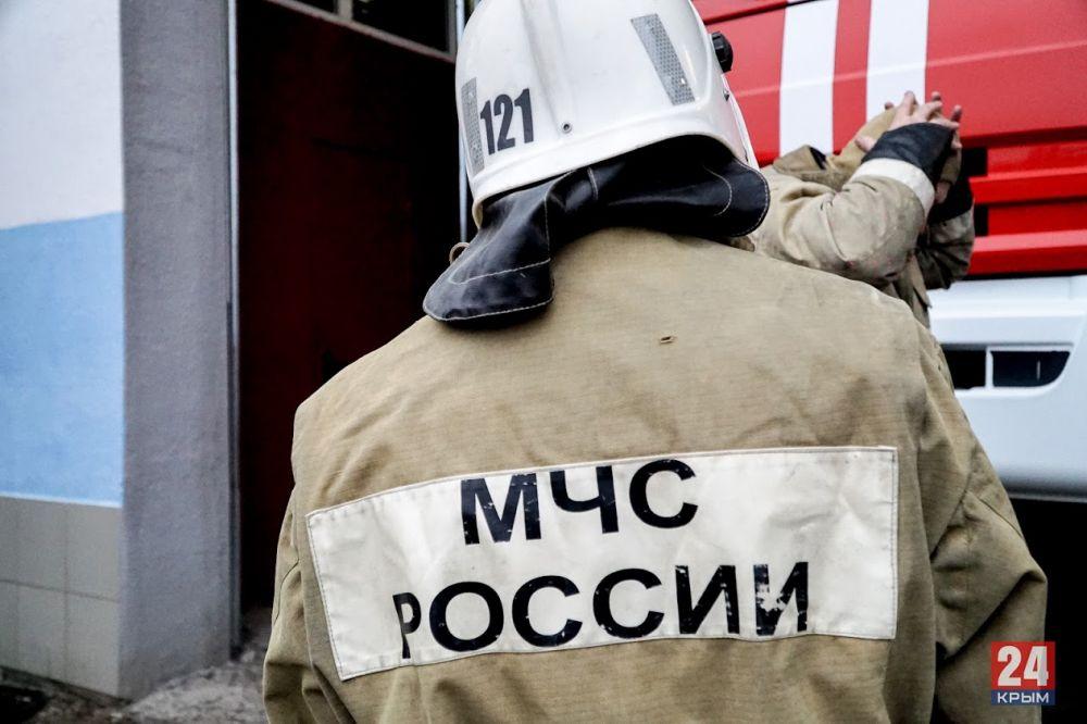 В Краснокаменке спасатели эвакуируют семью с ребёнком из опасного дома