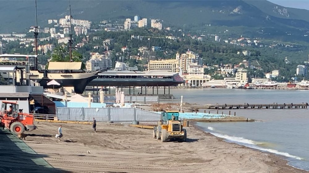 Ялтинские пляжи восстанавливаются после стихии