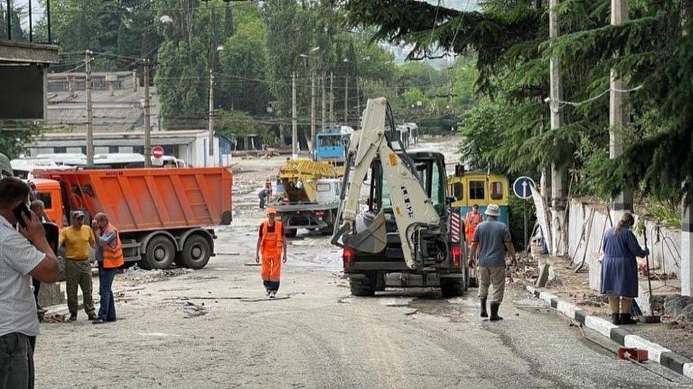 В Ялте по поручению Главы Крыма Минстрой РК продолжает помогать администрации с устранением последствий стихии