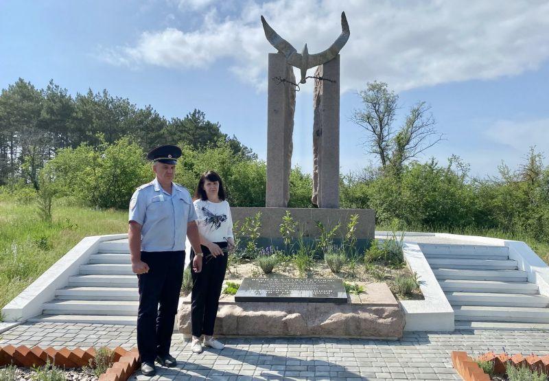 В Республике Крым сотрудники территориальных органов МВД России приняли участие в мемориальных мероприятиях, посвященных Дню памяти и скорби