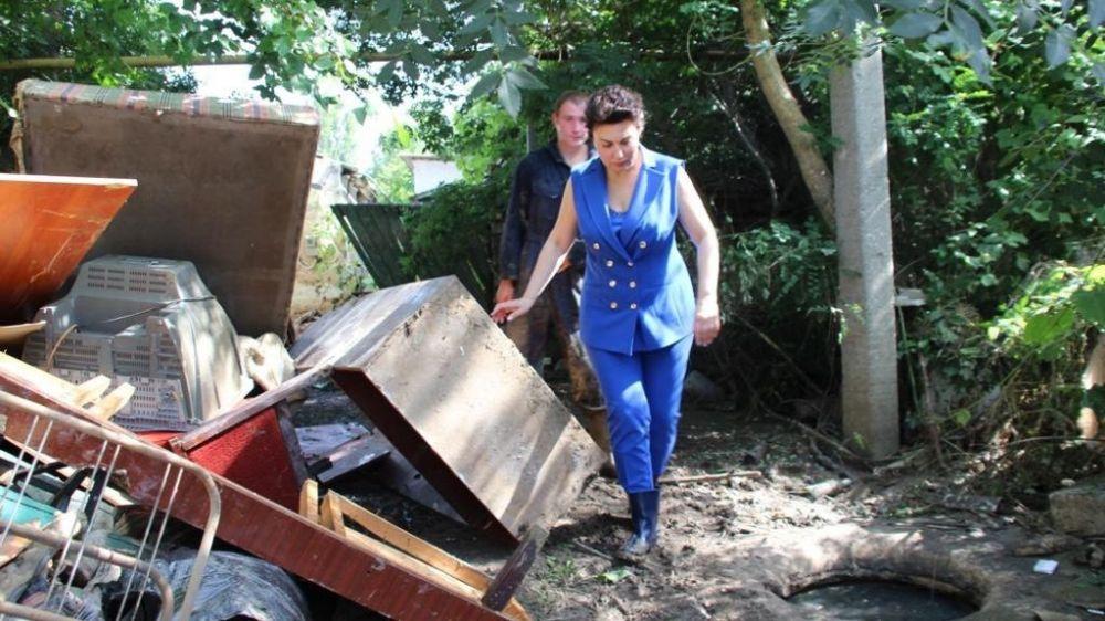 Арина Новосельская осмотрела придомовые территории и частные домовладения в Керчи с целью оказания первоочередной помощи