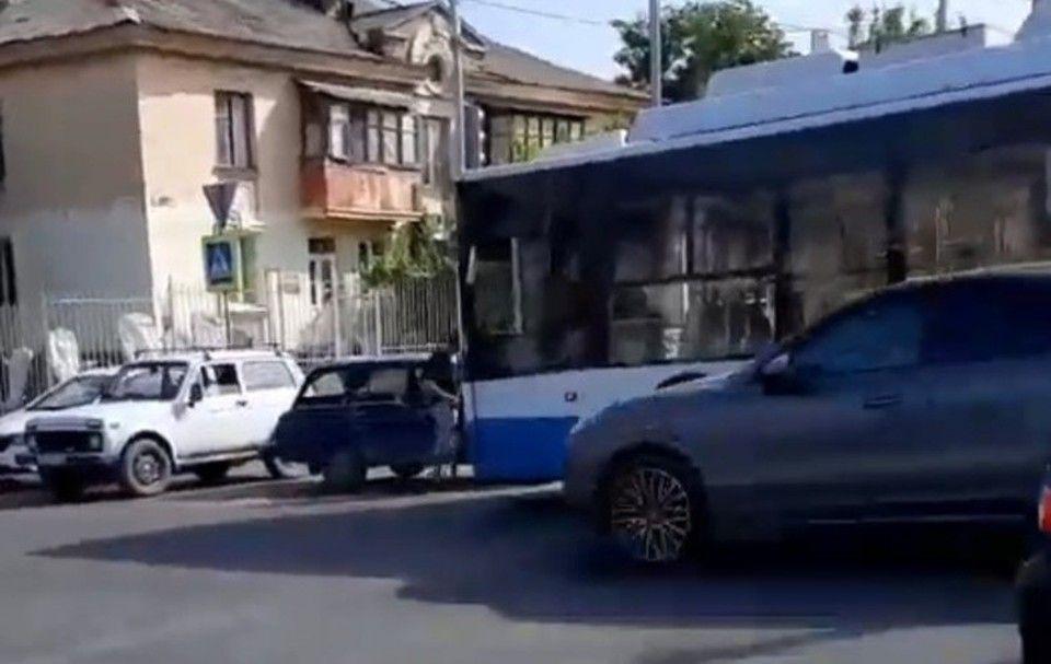 В Симферополе троллейбус врезался в легковушку на опасном перекрестке