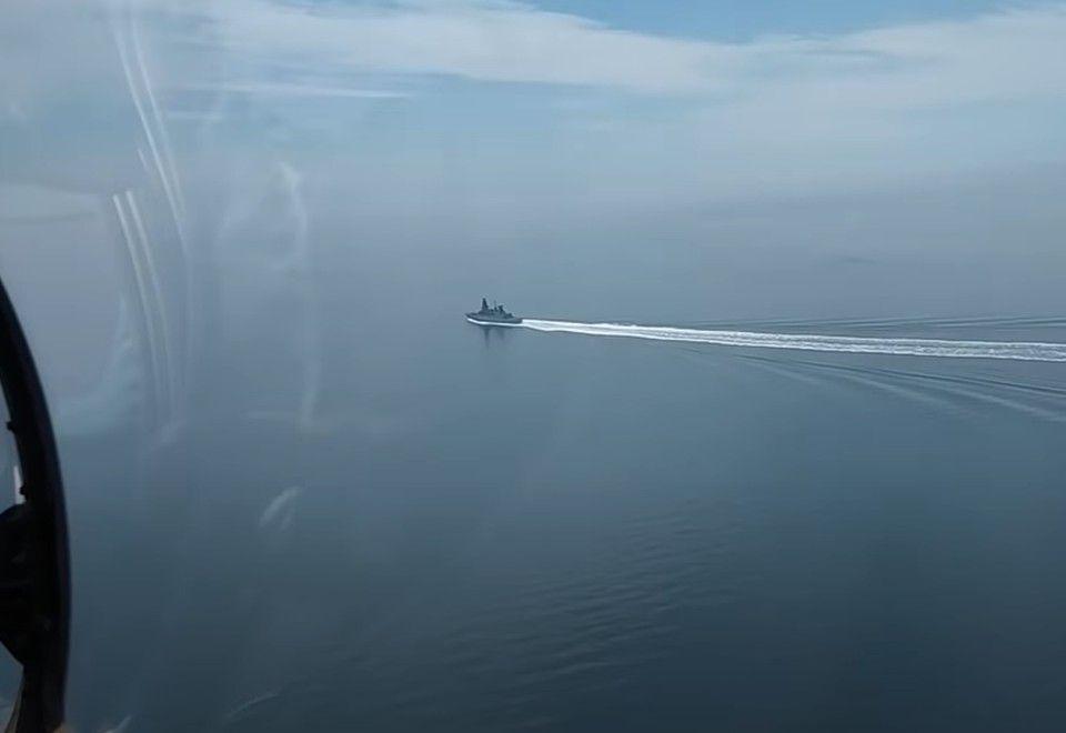 Минобороны РФ опубликовало видео, как в сторону британского эсминца в Черном море летят бомбы