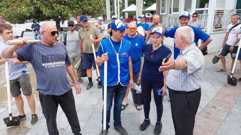 Добровольцы из Судака помогают очистить Ялту от мусора и грязи