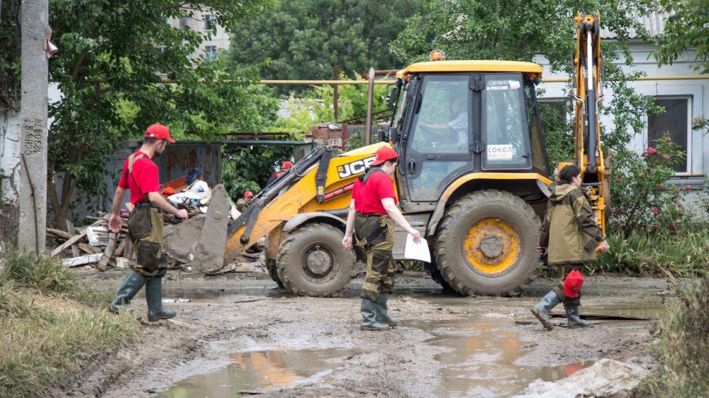Участники команды «МолодежкаОНФ» помогают жителям Керчи в восстановлении после наводнения