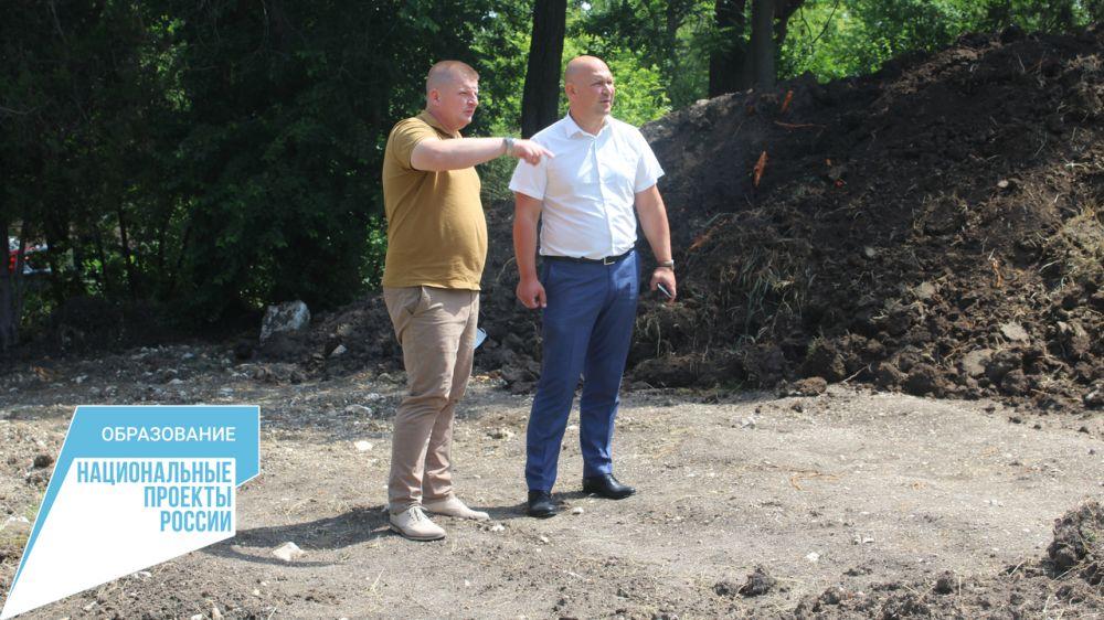 Владимир Гаманов проинспектировал ход работ по установке спортивной площадки на территории Мирновской школы № 1