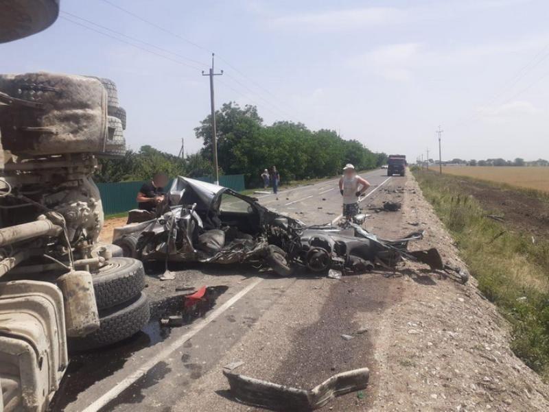 На крымской трассе легковой Peugeot столкнулся с грузовиком Scania
