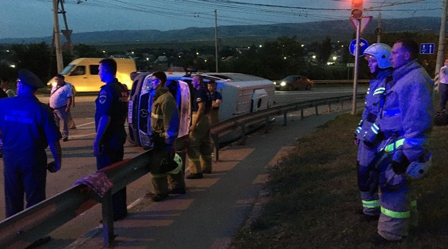Микроавтобус с людьми перевернулся под Симферополем, трое пострадали