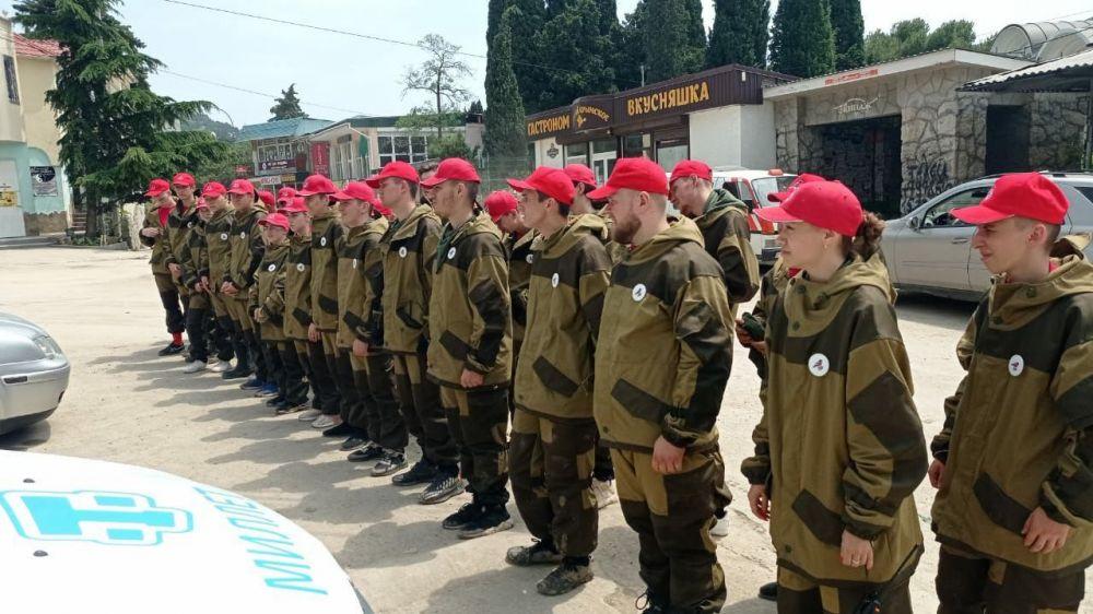 Участники команды «МолодежкаОНФ» помогают жителям Кореиза и Мисхора в восстановлении после наводнения