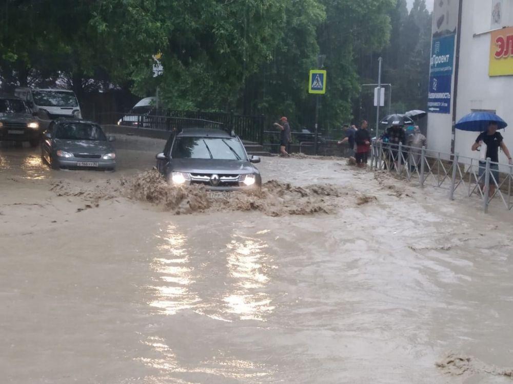 Ялтинцы благодарят местного жителя за самоотверженность во время наводнения