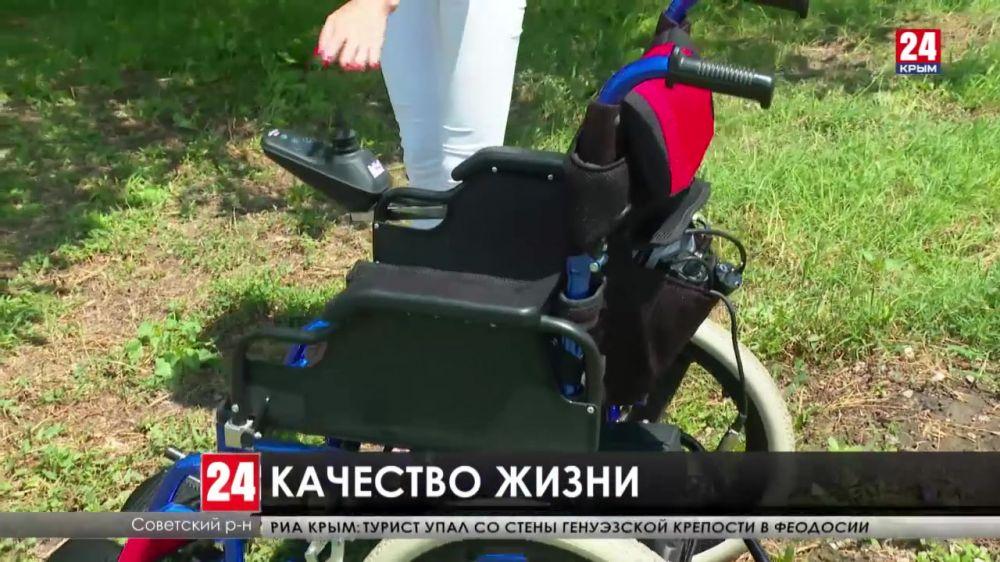 Власти Крыма вручили инвалиду современную коляску для комфортного передвижения